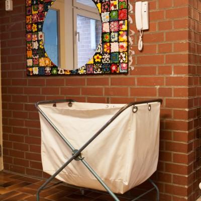 Der Wäschewagen  wartet auf die Abfahrt in den Waschraum  – IMG_0347- Mi52