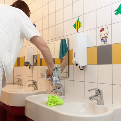 In einer Kita ist vieles anders als sonst – die Waschbecken sind viel niedriger und kleiner    –   IMG_0282- Mi21